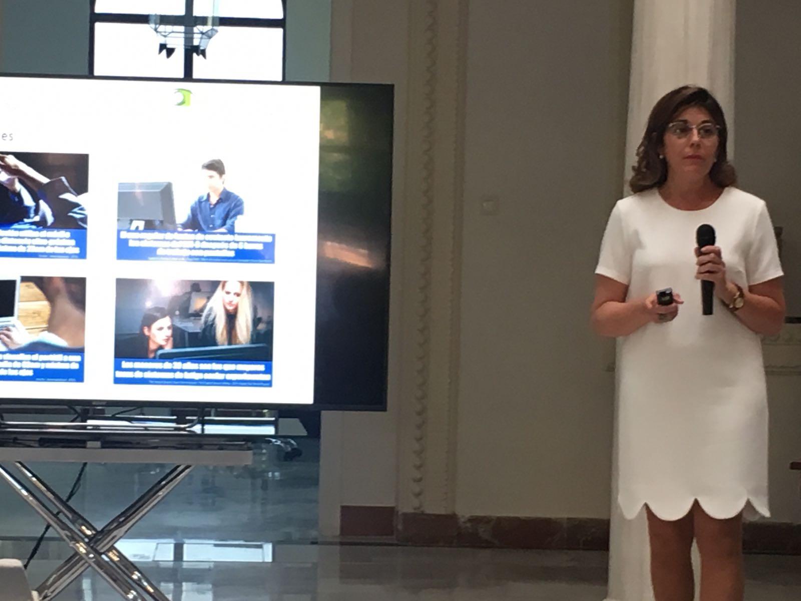 Carmen García, secretaria del COOOA, imparte su ponencia