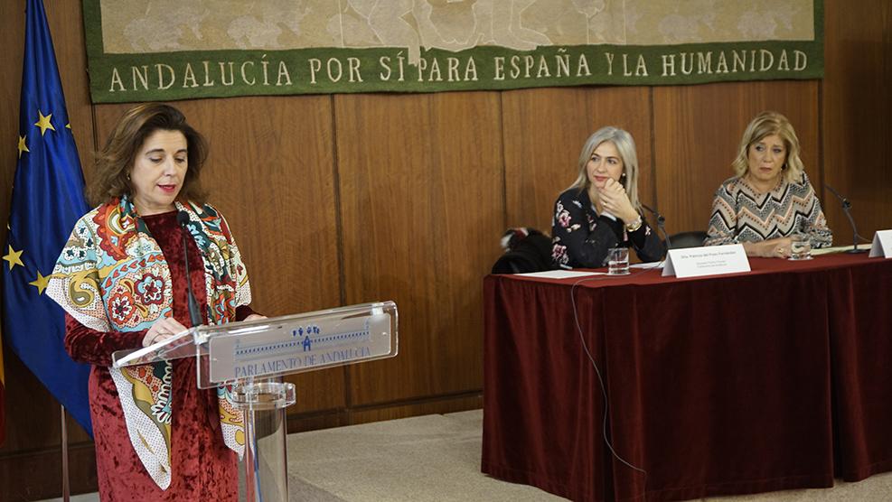 Carmen García, secretaria del COOOA, lee el acta de aprobación de los Premios