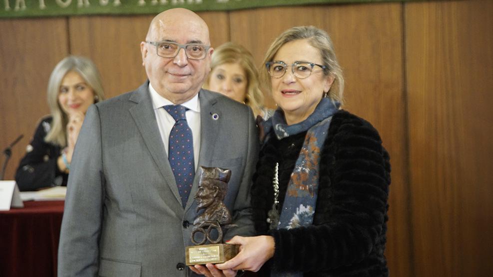 Inmaculada Morales, vicepresidenta del COOOA, entrega el _Premio Daza de Valdés a la Excelencia Profesional_ a Luis Miguel Traverso