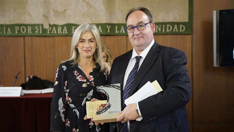 Patricia del Pozo entrega el reconocimiento honorífico a Raúl Bellés, director general manager de Topcon España
