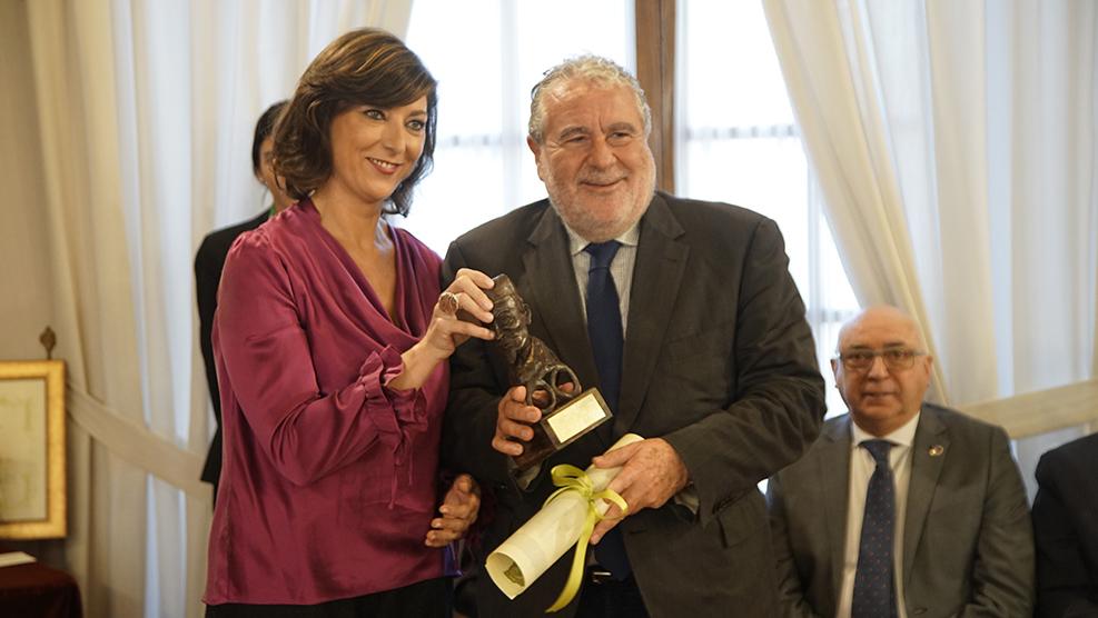 Begoña Martínez, contadora del COOOA, entrega el galardón a Joaquín Durán, director de Canal Sur Radio y Televisión