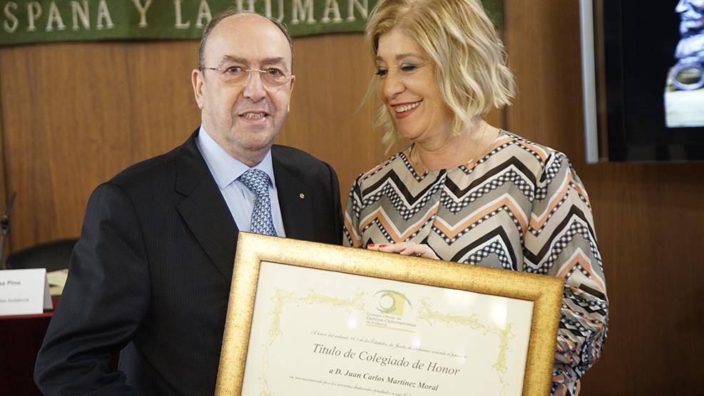 Juan Carlos Martínez-Moral, presidente del Consejo General de Colegios de Ópticos-Optometristas, recibe su título de Colegiado de Honor de la mano de Blanca Fernández, presidenta del COOOA.